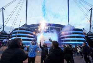 मैनचेस्टर सिटी के प्रशंसकों ने खिताब का जश्न मनाया