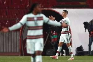 Die von Cristiano Ronaldo weggeworfene Kapitänsbinde wurde für 50 Pfund verkauft