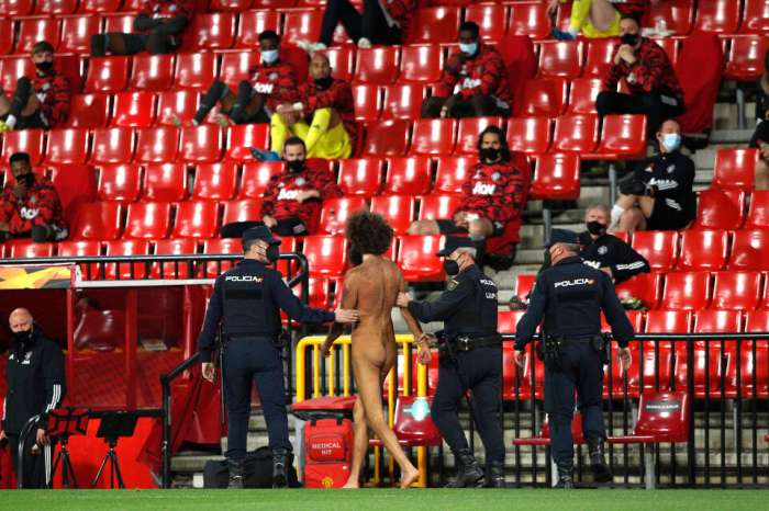 The naked fan, who interrupted Granada - Man United, hid under a billboard for 14 hours