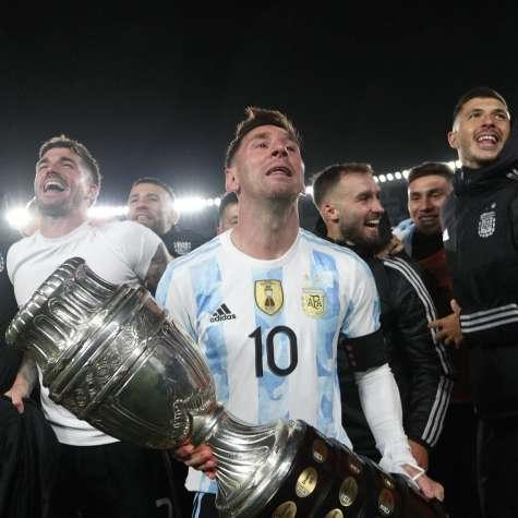 Слезы на глазах у Месси - поднял трофей с Аргентиной