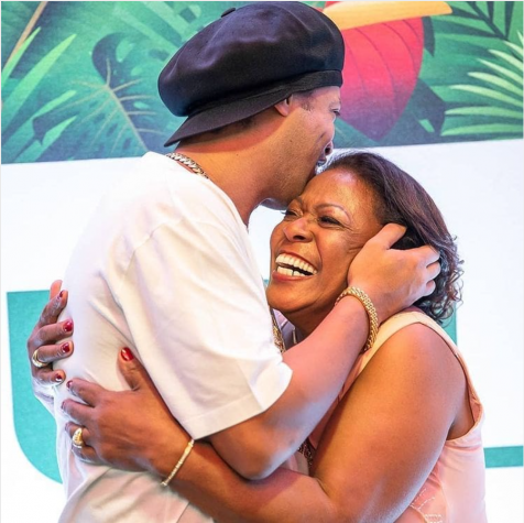 羅納爾迪尼奧(Ronaldinho)母親去世後的情感信息。