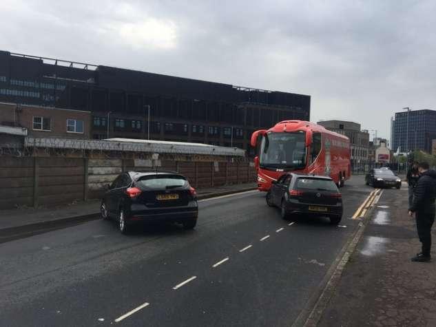Los fanáticos del Man United intentaron cortar los neumáticos del autobús del Liverpool